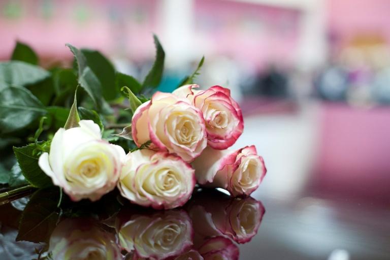 Открытки. С днем налогового органов. Розы белые открытки фото рисунки картинки поздравления