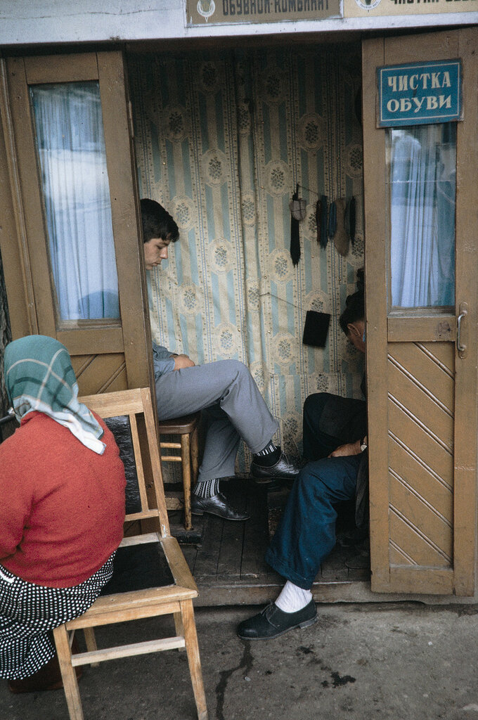 Russia, young man having shoes shined in Khabarovsk