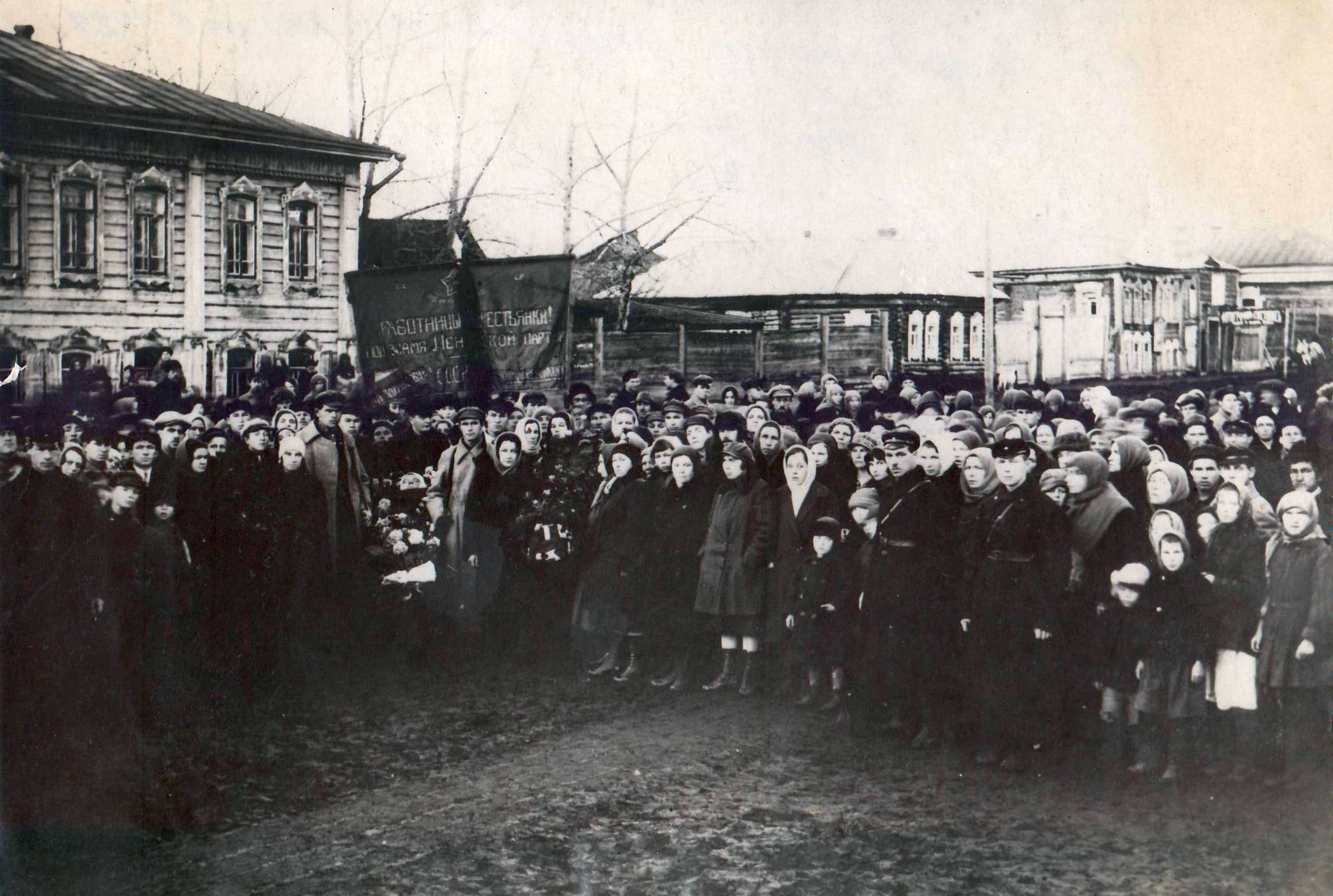 1929. Улица Р. Люксембург. Похороны Е.Разгуляевой