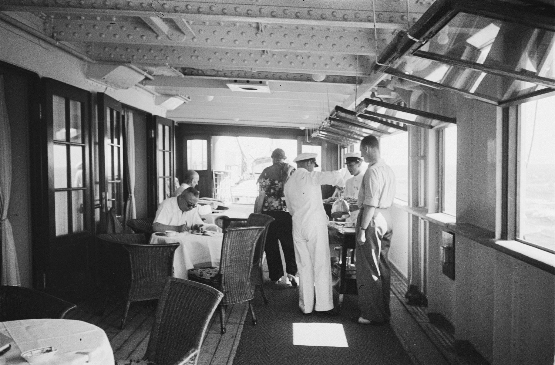 Пассажиры и персонал в гостиной на верхней палубе