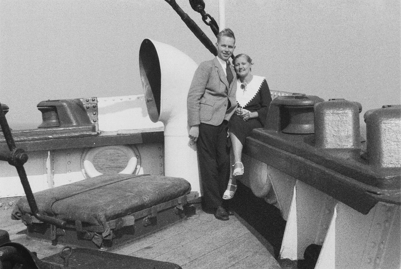 Молодая пара на палубе