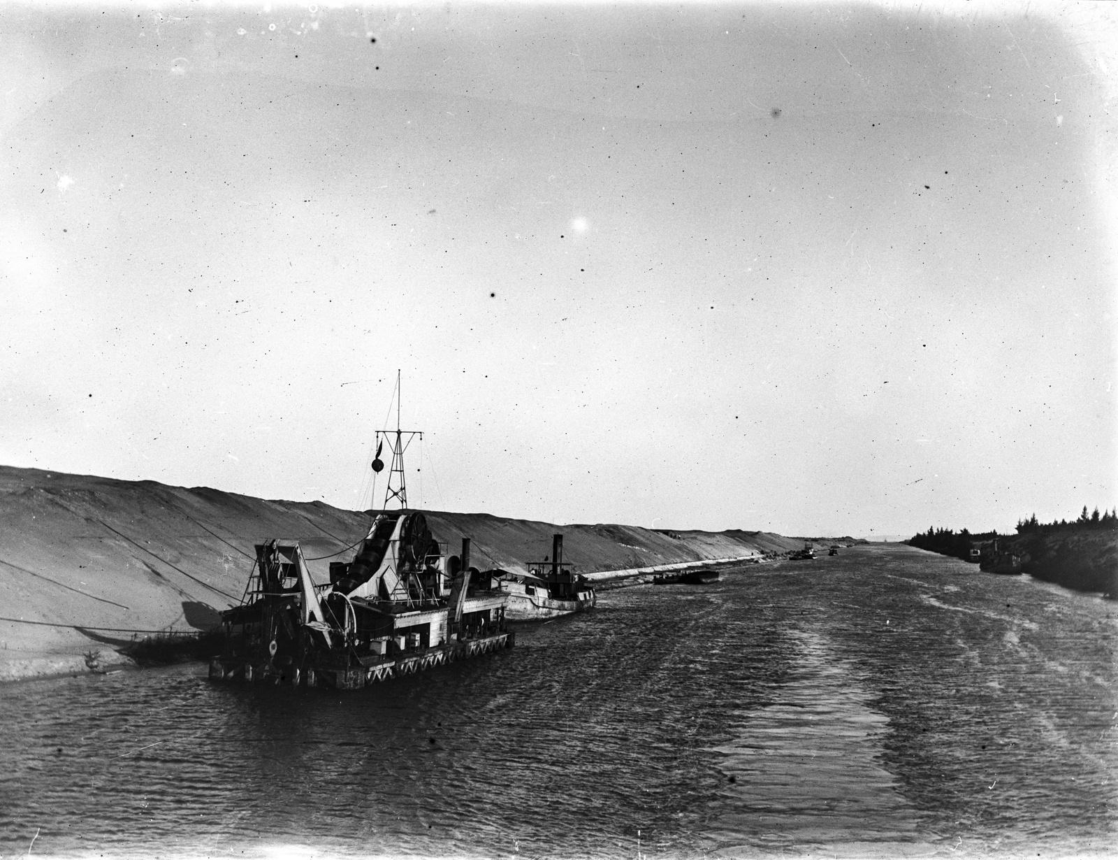 206. Движение на лодке по каналу