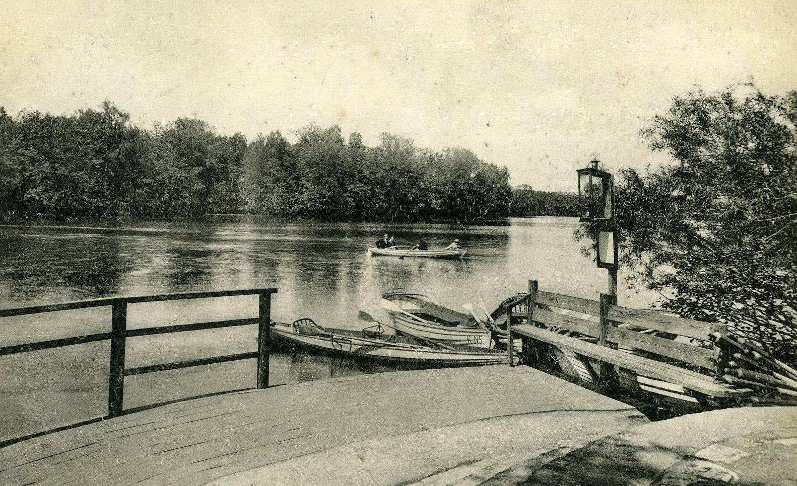 Купальни и лодочная станция на большом садовом пруде