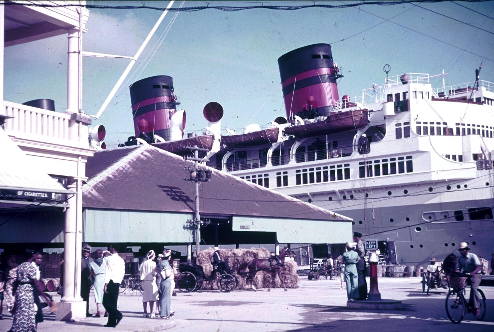 Бермудские острова. Гамильтон. Гавань. Пассажирский корабль на набережной