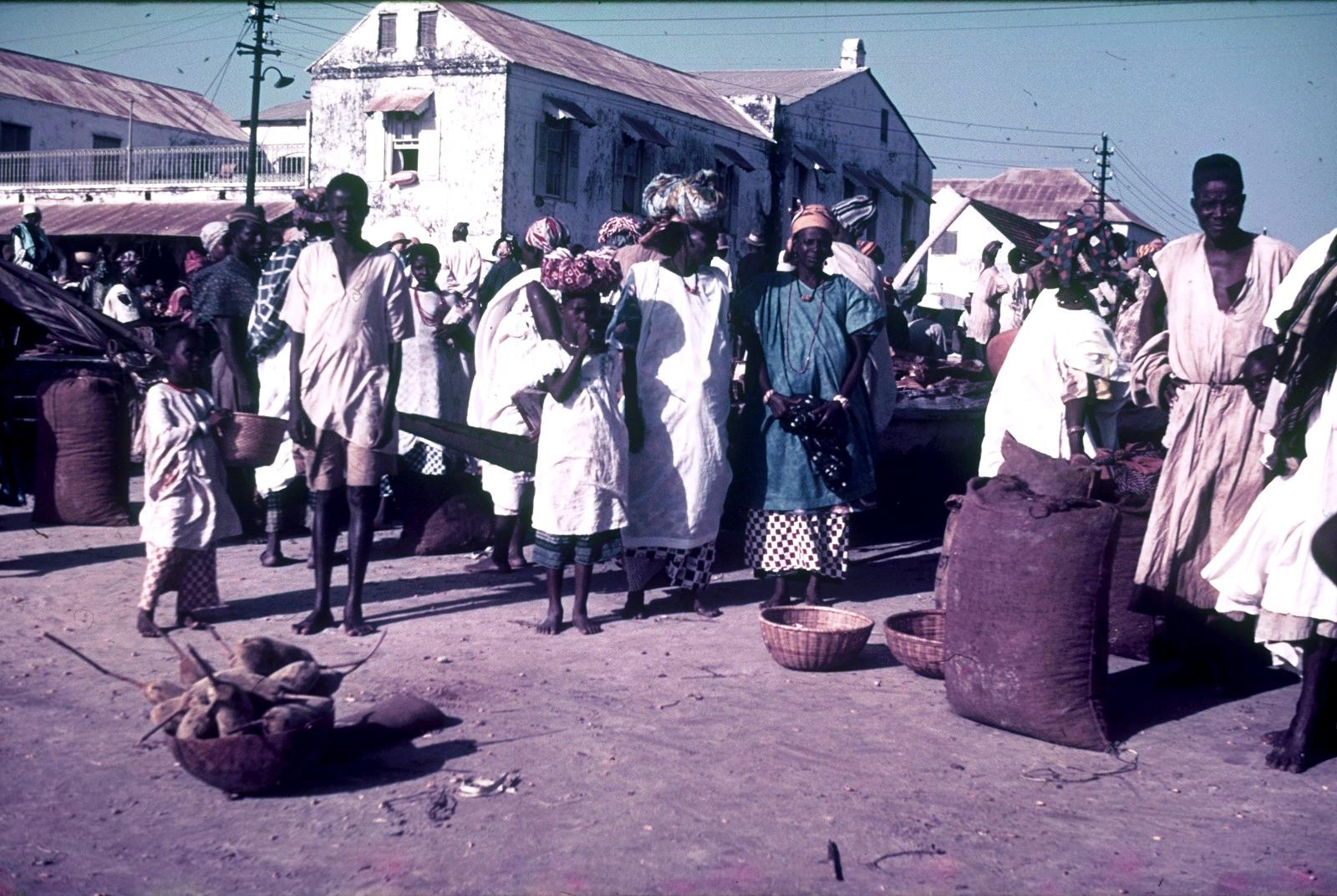 Гаити. Группа местных жителей на рынке