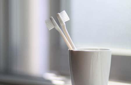 менять зубную щетку