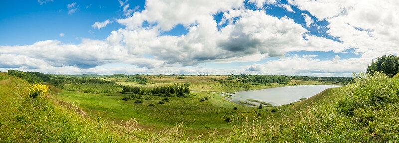 Отсюда открывается сногсшибательный вид на долину и озеро.