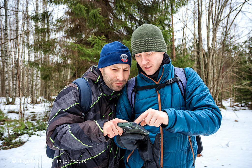 изучение карт и прокладывание маршрута в лесу