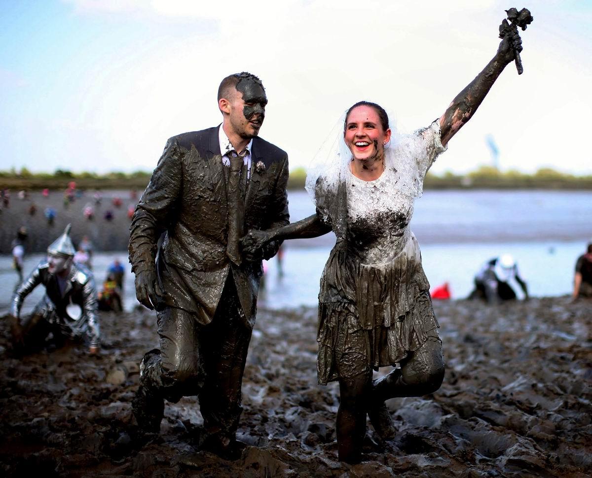 Пусть и чумазые, но зато самые первые: Победители в британской свадебной гонке