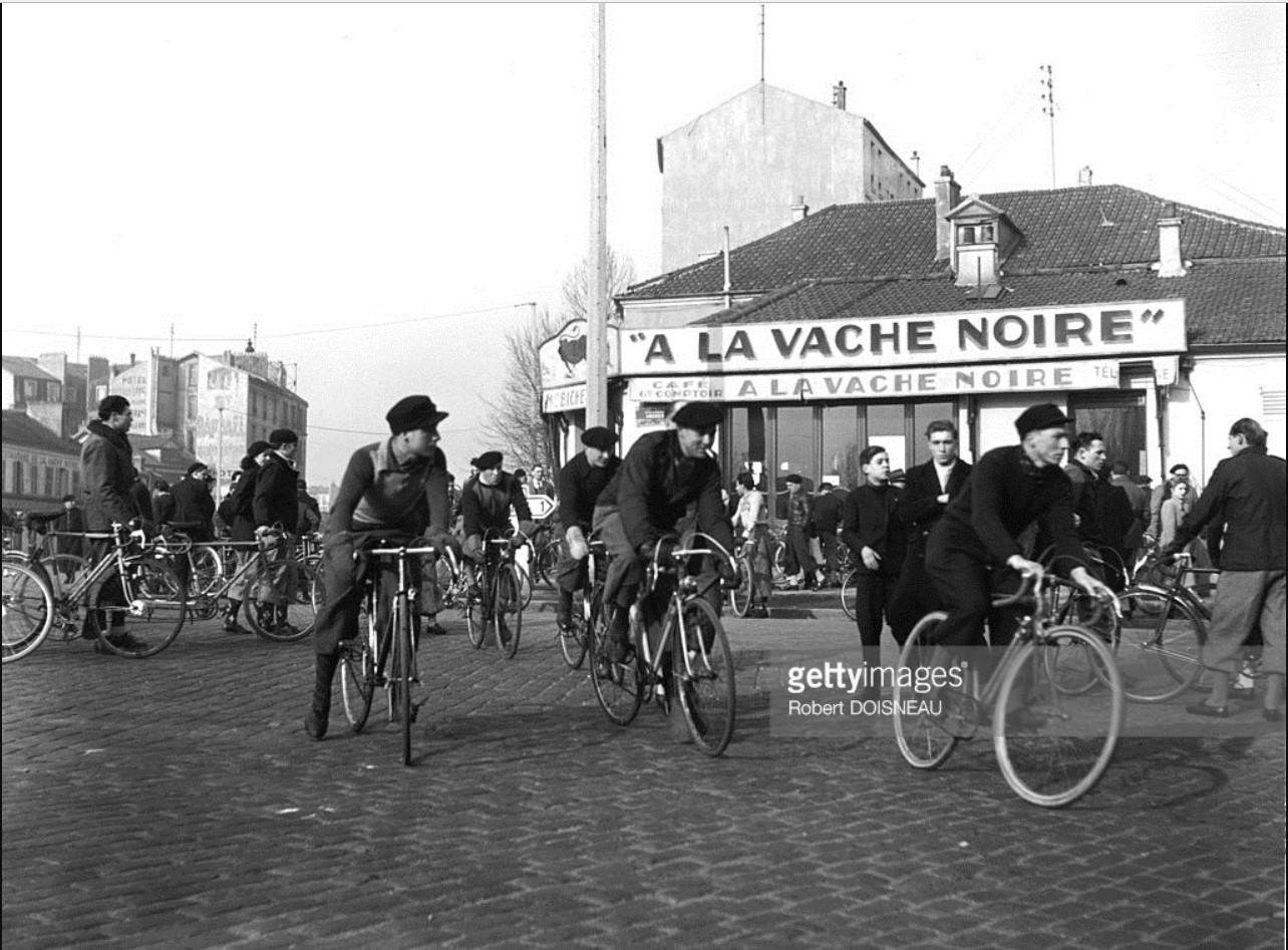 1946. Велосипедисты на перекрестке возле «Ла Ваче Нуар» перед отъездом на гонки из Жантийи  в Монруж