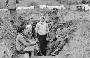 Местные жительницы и солдаты при входе в бункер