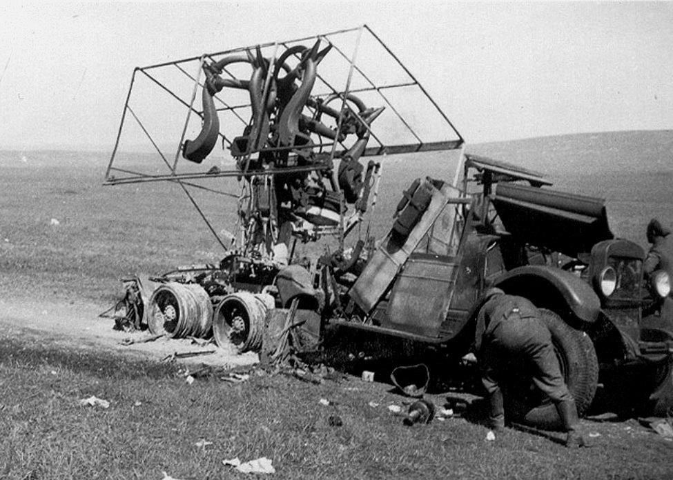 Сгоревший грузовик ЗиС-6 со звукоулавливателем.