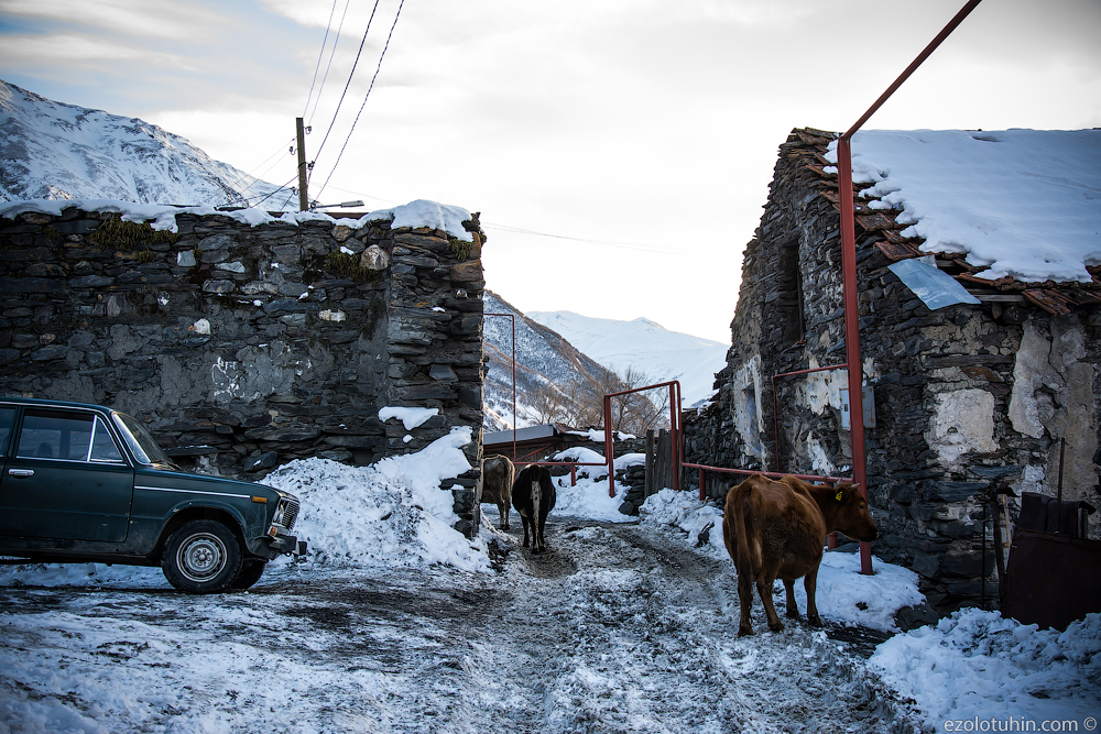Казбеги. Зимняя Грузия у российской границы несколько, Грузии, здесь, можно, Казбеги, всего, почти, Тбилиси, Степанцминда, километров, самых, домах, дорога, высоте, грузинского, Степанцминды, время, местные, метров, находится