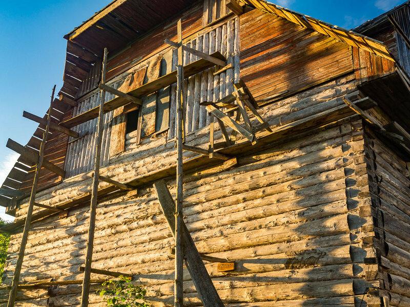 В городе много деревянных построек.