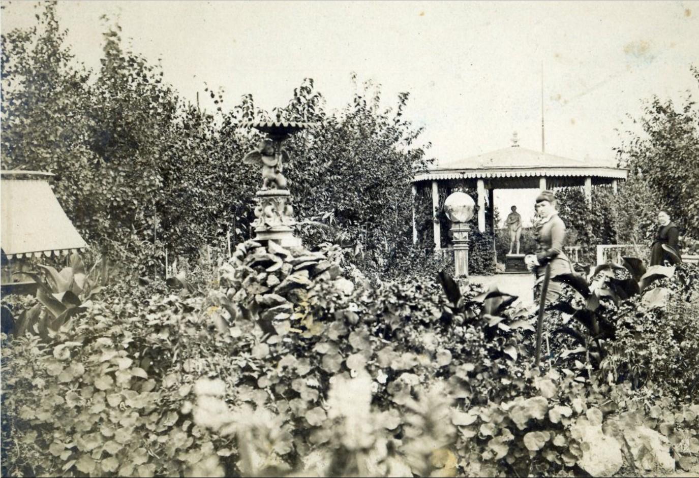 Дворец М.Д.Бутина. Татьяна Мауриц в саду