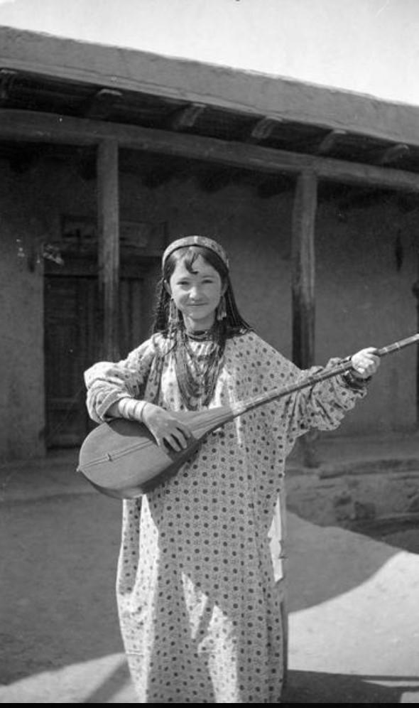 Девочка играет на музыкальном инструменте