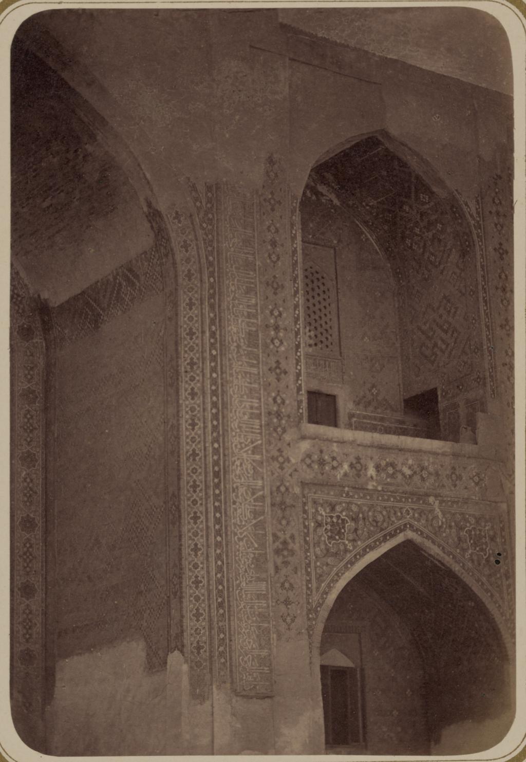 Внутренний двор медресе Шир-Дор (южная сторона). Надпись по правую сторону главной ниши g