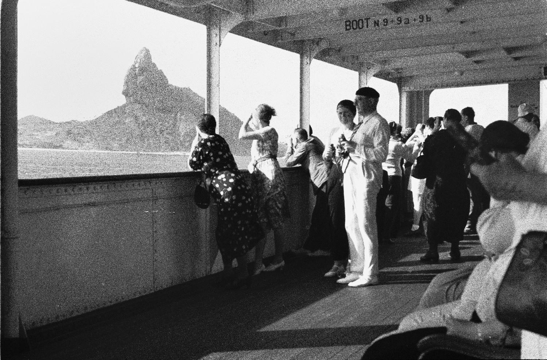 Атлантический круиз. Бразилия. Пассажиры на палубе любуются видами островов архипелага Фернанду-ди-Норонья