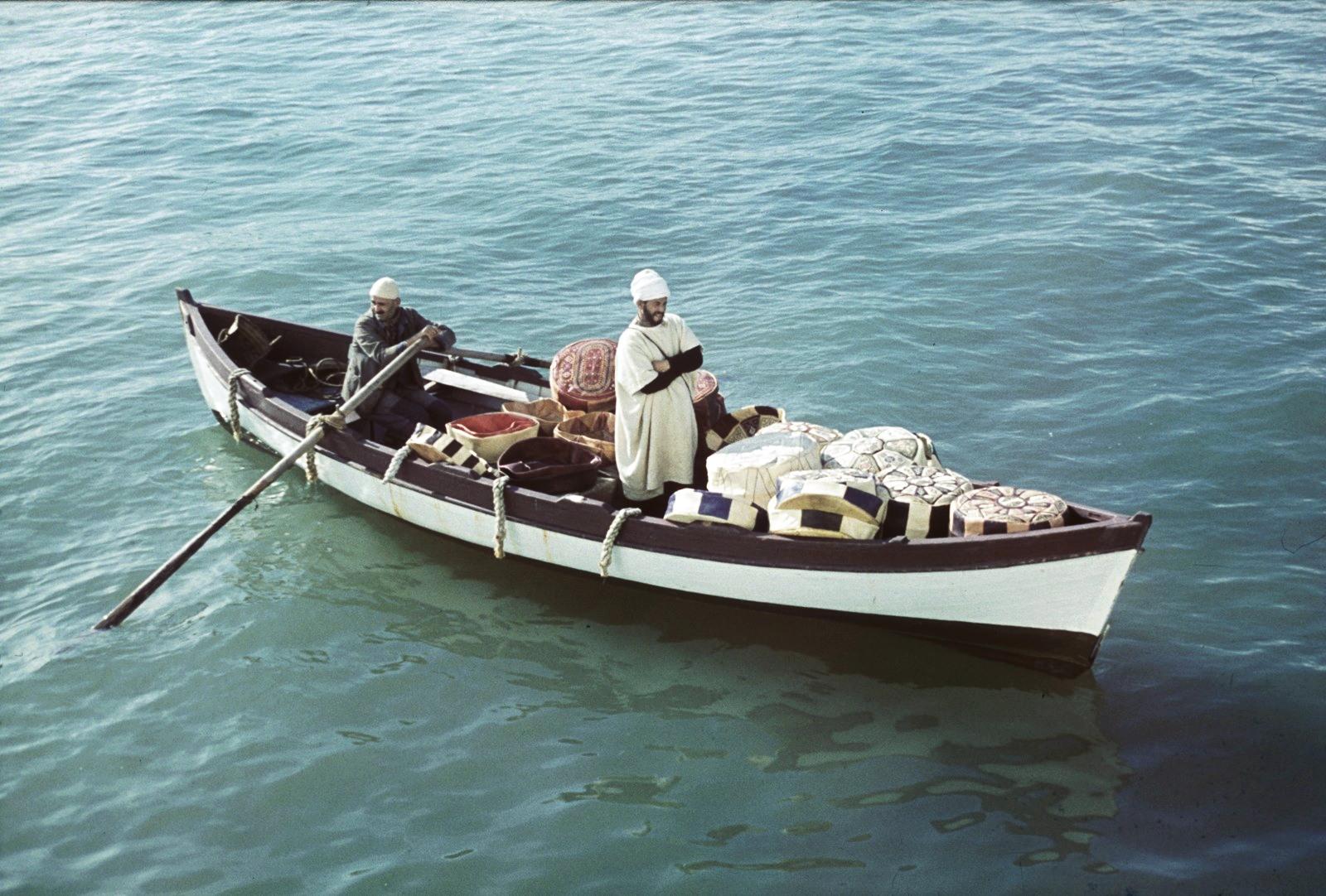 Александрия. Торговцы на лодках в гавани