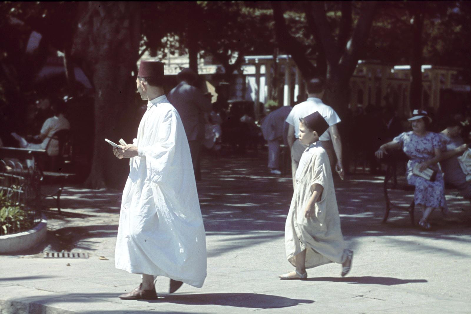 Каир. Прохожие рядом с парком Аль-Азхар