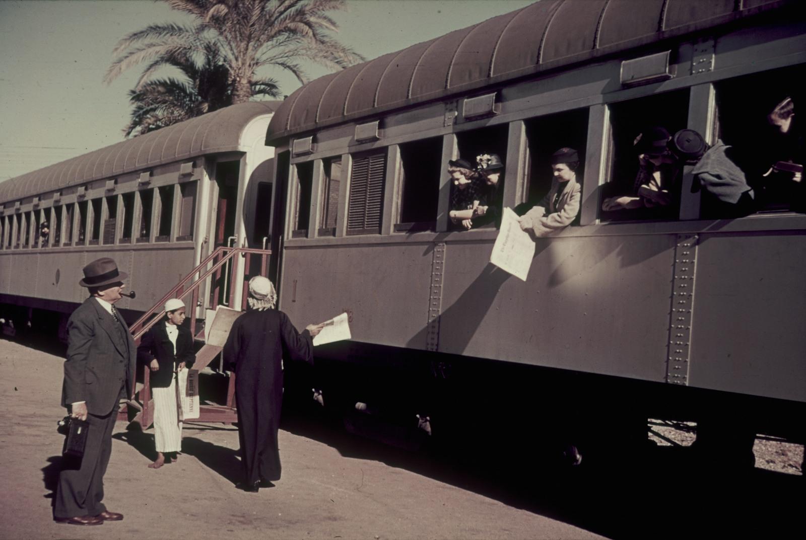 Каир. Платформа с отъезжающим поездом и продавцом газет «La bourse égyptienne»