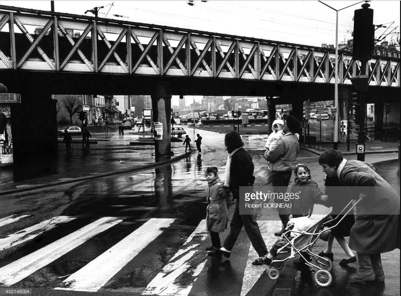 1987. Семья, пересекающая улицу на перекрестке проспекта президента Вильсона в Сен-Дени