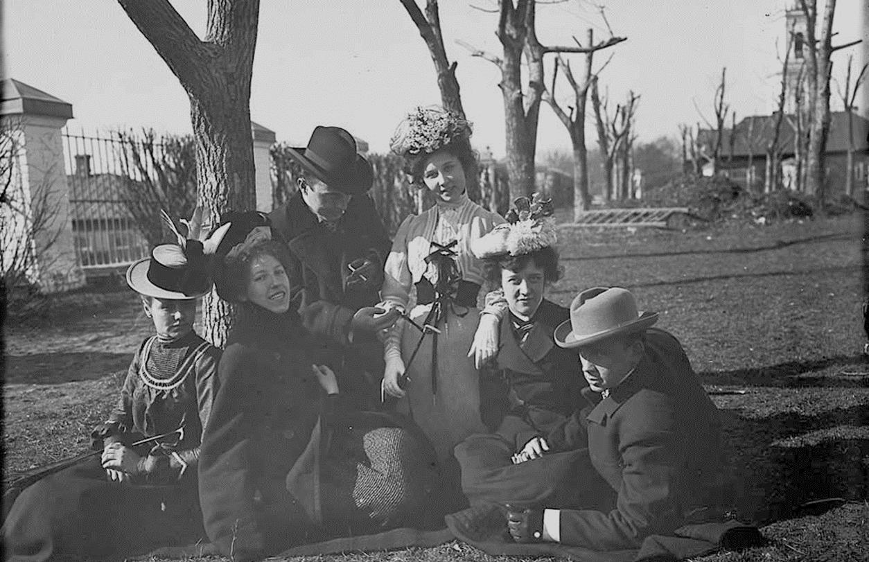 М.И. Комаров с выпускниками Музыкально-драматического училища во дворе Введенской церкви близ Новинского Вала. Москва. 1900