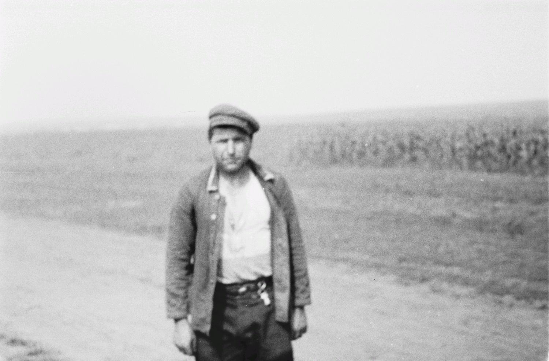 Портрет мужчины на дороге