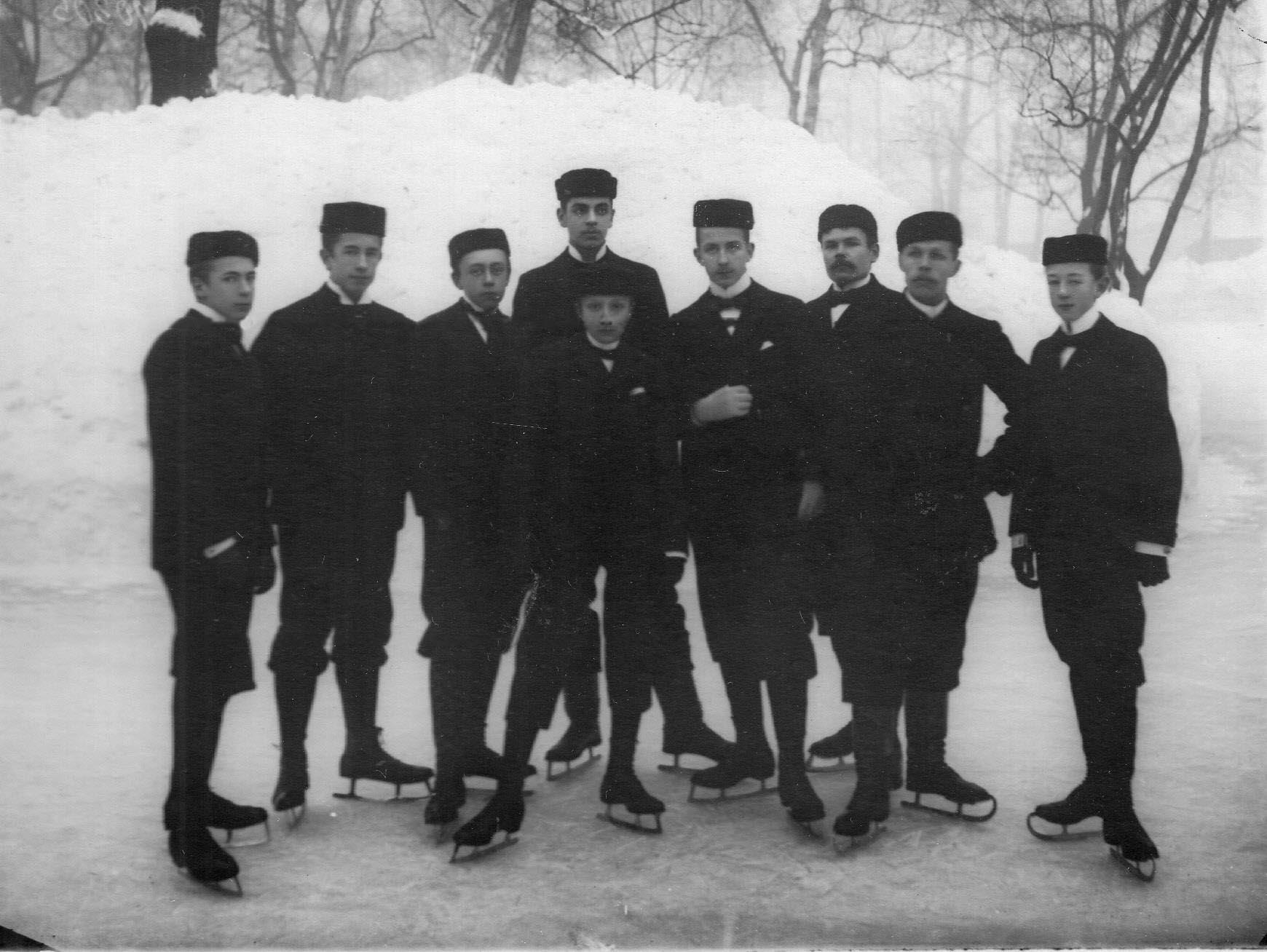 Группа конькобежцев на льду (2-й слева - В.Лауман). 11 февраля 1913
