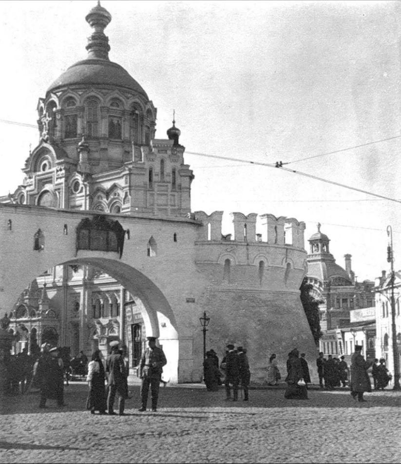Вид на Проломные ворота Китай-города и Пантелеймоновскую часовню