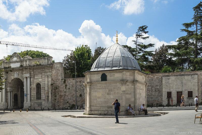 Водонапорная башня - фонтан у мечети Сулеймание.