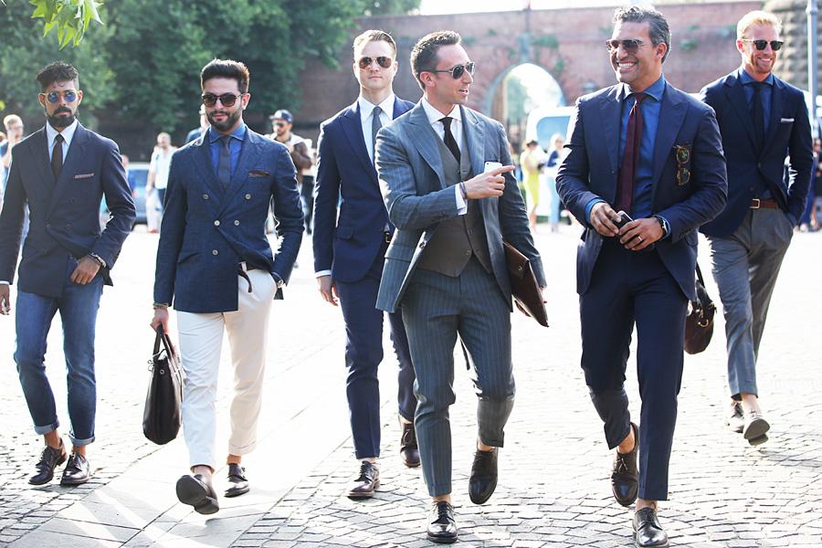 Современные мужчины в туфлях и без носков