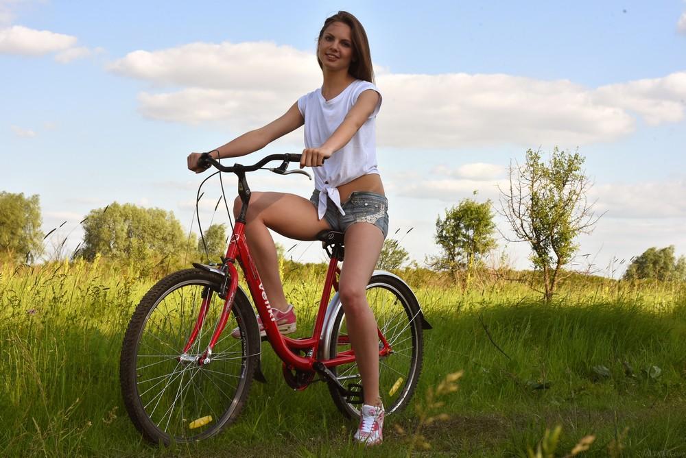 Cheyanna Hyllie прокатилась на велосипеде и попутно разделась