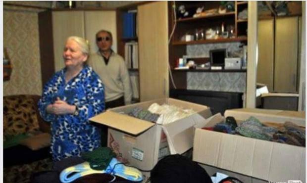 Настоящая патриотка: В Луцке незрячая женщина связала сотни рукавиц для наших бойцов (фото)