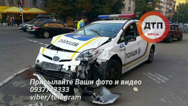 Масштабное ДТП в центре Киева с участием патрульных полицейских и такси: автомобили вылетели на тротуар, 4 человека госпитализированы. ФОТОрепортаж