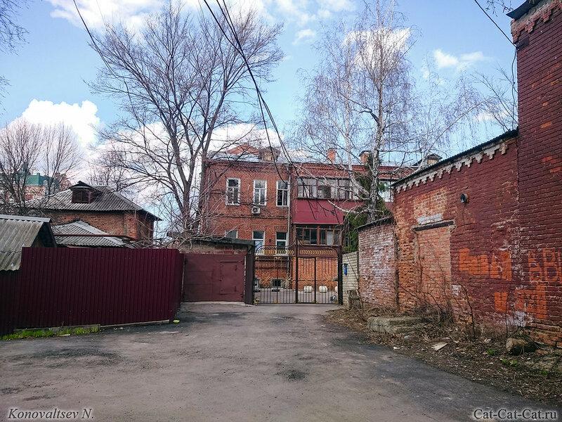Кирпичный дом во дворе