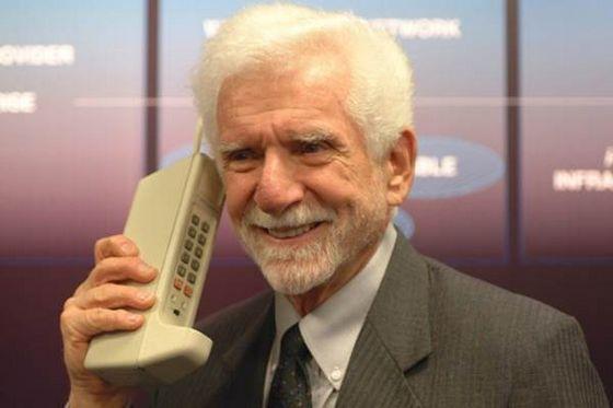 6. Мобильный телефон. Motorola DynaTAC 8000X был первым в мире портативным телефоном и стоил на моме