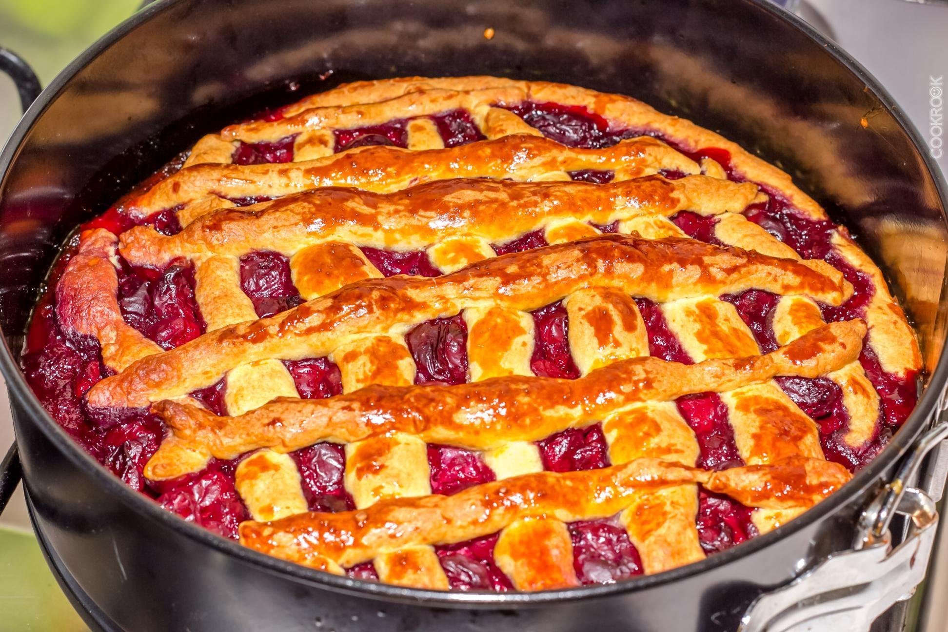 Вишнёвый пирог. Это голландский десерт, который обожают любители шоколада и вишни. В Германии готовя