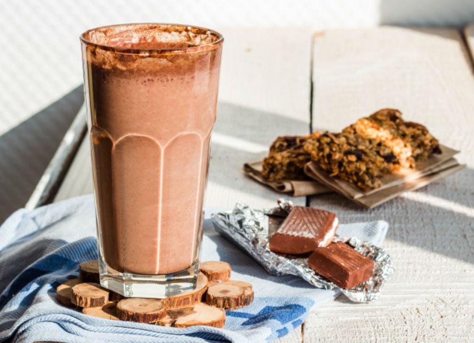 Кофейный молочный коктейль Вам понадобятся: 1 стакан кофе со льдом 1 стакан молока 2 стакана кофейно