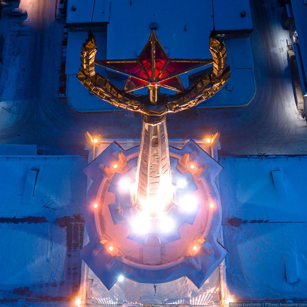 43. Диаметр циферблатов часов на башне — 3,6 метра. Рубиновой звезды, изготовленной на заводе в