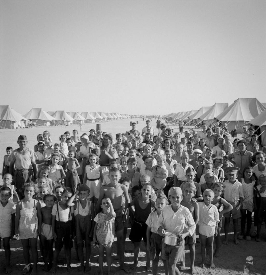 Фотографии европейских беженцев, спасавшихся во Вторую мировую войну в Синайской пустыне (12 фото)