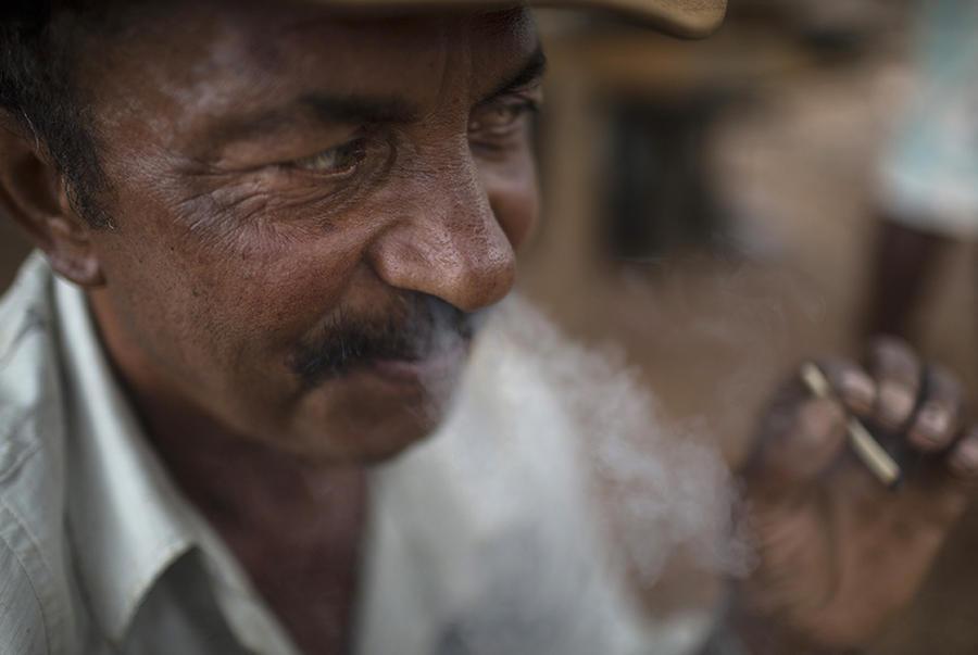 12. Рабочий по имени Джеральдо с сигаретой.