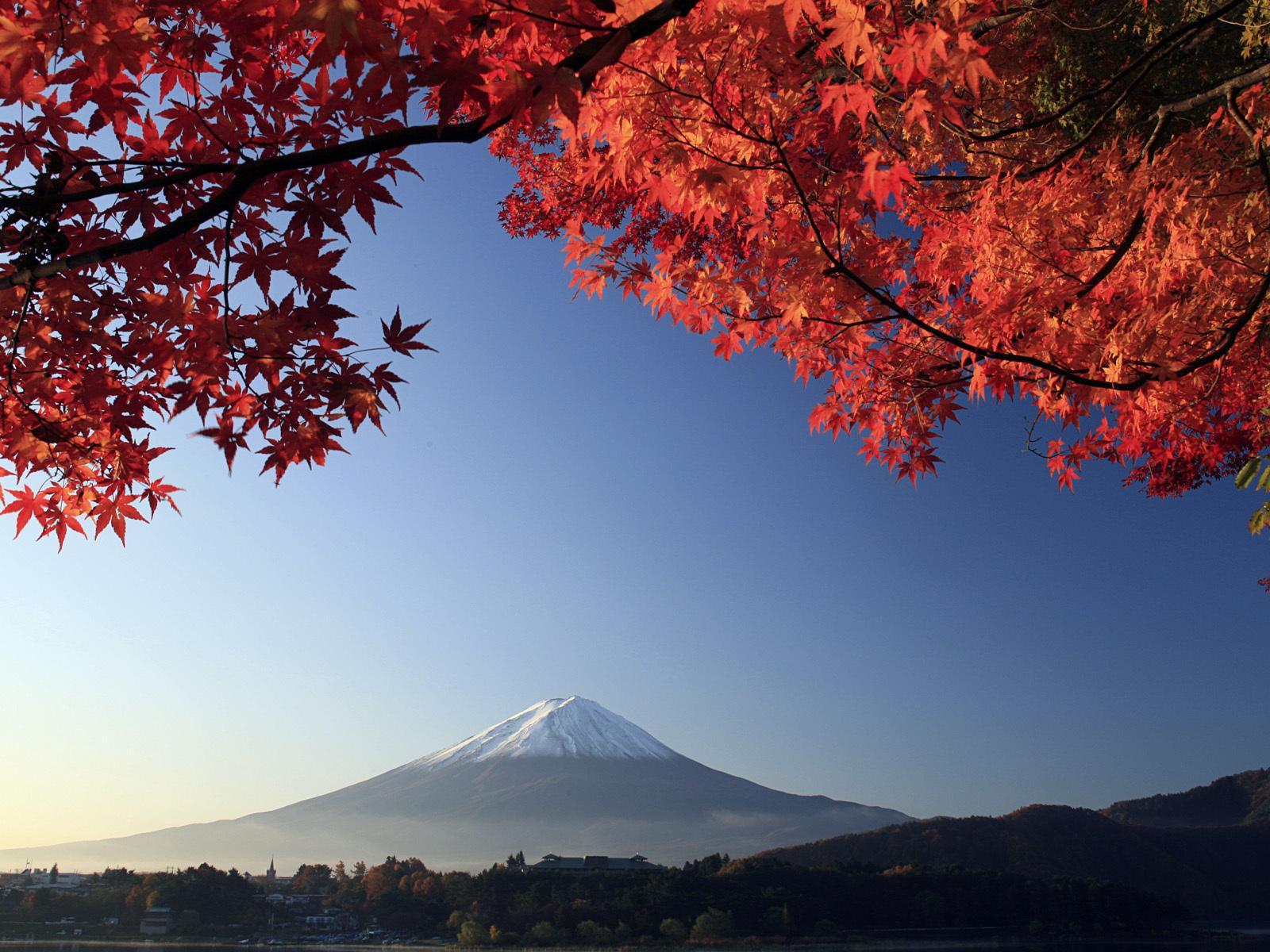 Сегодня на вершине Фудзи расположены синтоистский храм, почтовое отделение и метеостанция. Окрестнос