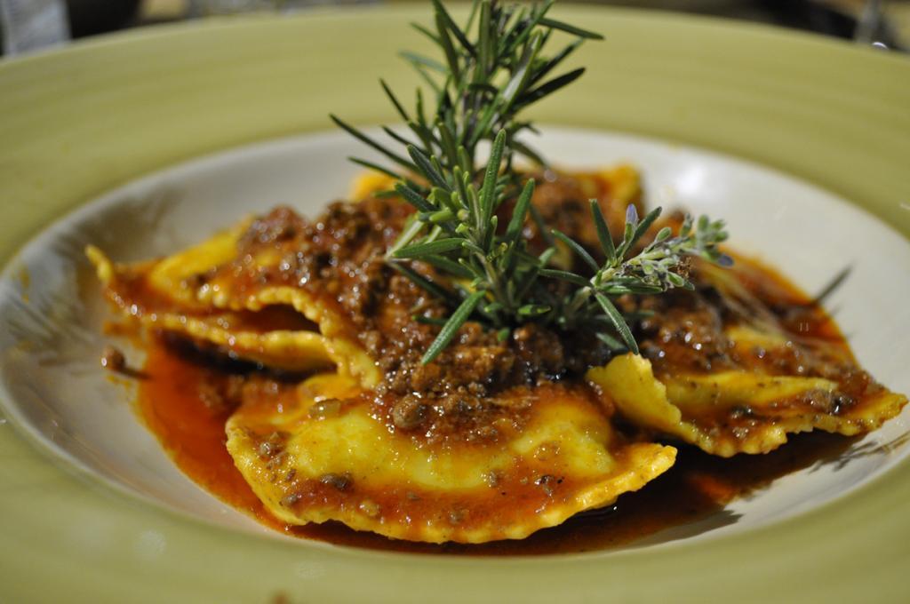 Равиоли — итальянский аналог пельменей. В качестве начинки используют мясо, рыбу, морепродукты,