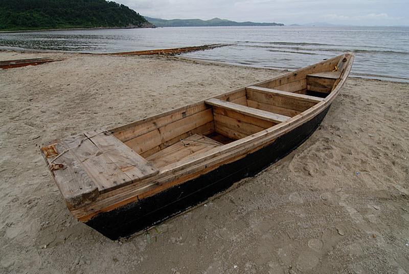 12. Рыбацкая лодка. Лодка гребная, причем гребут одним кормовым веслом вставленным в кормовую же укл