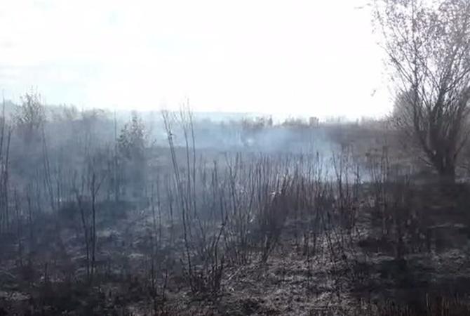 Под Киевом cотрудники экстренных служб пробуют ликвидировать горение торфа