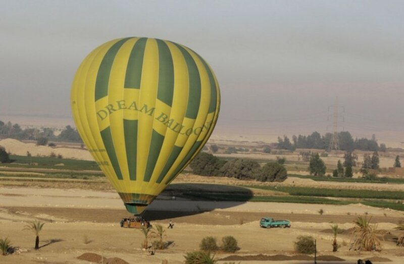 Члены основного экипажа собираются на воздушном шаре после тура по западному берегу реки Нил, в Луксоре, Египет. С первыми лучами солнца армированные плетеные корзины, наполненные людьми, направляются в небо над Луксором, Египет. Поездка длится около 20 минут, до того, как пилот начинает искать зону для безопасной посадки.