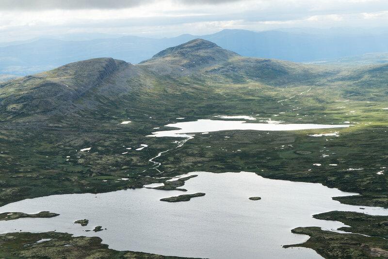 пейзаж на вершине горы Муэн (Muen) с озером Muvatnet и горами Bølhøgda