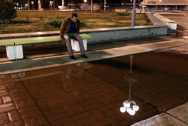 Смотрюсь в свое отражение в луже на площади ночью