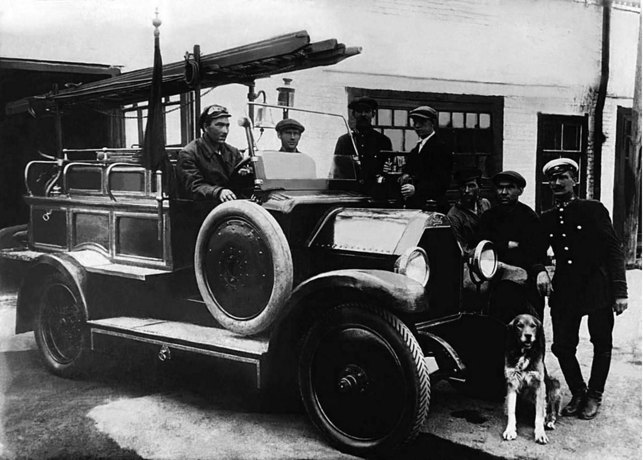 1925. Челябинск. Первый пожарный автомобиль, собранный энтузиастами пожарной охраны из автомобилей иностранных фирм
